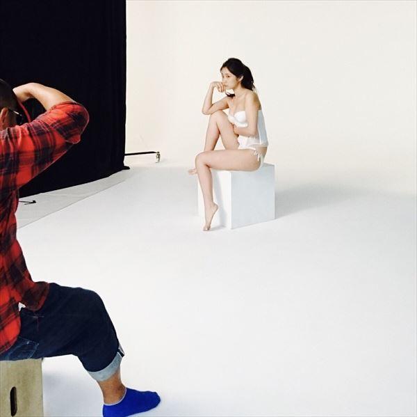 水着姿で撮影中の益田恵梨菜の画像