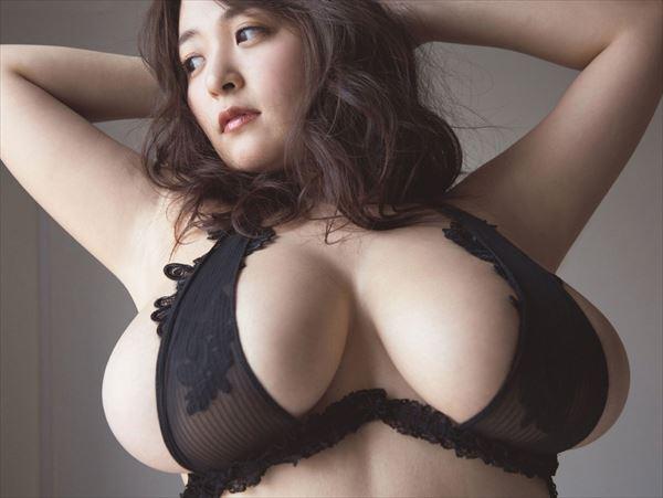 柳瀬早紀 乳首エロ画像004